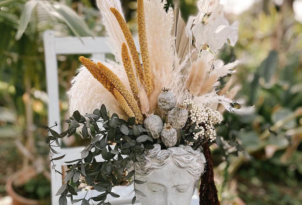 Cabeza con flores preservadas