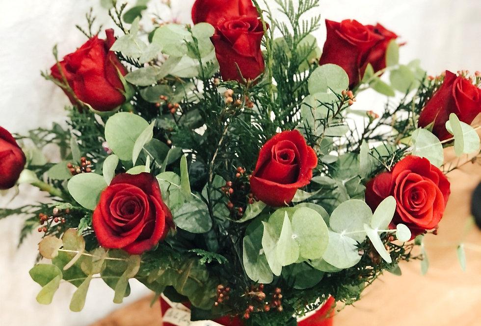 Sombrerera con rosas rojas