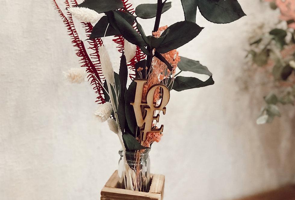Violetero con rosa preservada