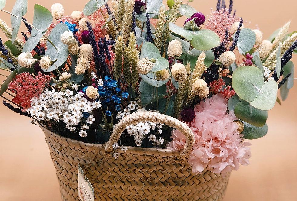 Cesto con flores preservadas