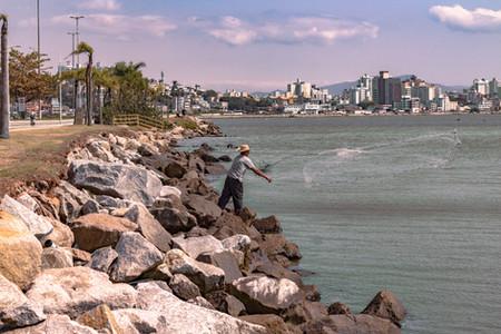 Pescador Jogando Tarrafa na Beira Mar