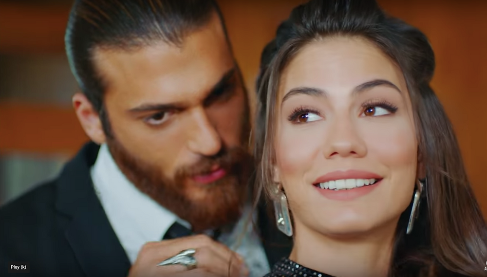 Erkenci Kus 39 Can zipping Sanem's dress