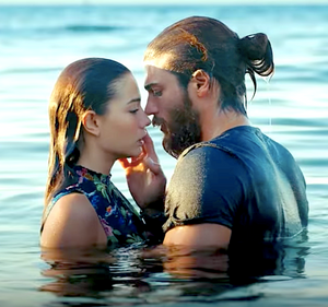 Erkenci Kus english ocean beach kiss