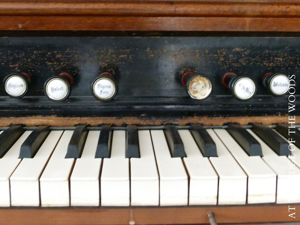 the keys and stops on the pump organ