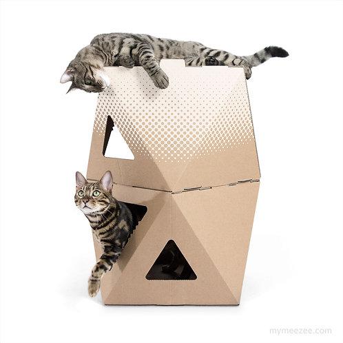 Zwei dreieckige Katzen-Kartons gestapelt, einer braun, einer weiß bedruckt, Katze liegt drauf, Katze schaut raus
