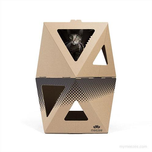 Zwei Katzen-Kartons gestapelt, ein Karton braun, ein Karton braun mit schwarzem Druck, Katze schaut raus