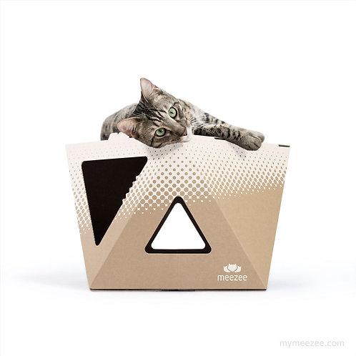 Dreieckiger Karton NOOK für Katzen in braun mit weißem Druck, Vorderansicht, Katze liegt obendrauf