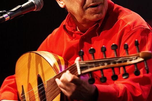 Fawzy Al-Aiedy se produisant sur une scène parisienne lors d'un des concerts de Radio Bagdad.