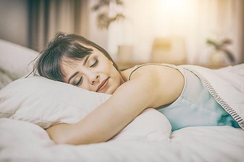 Frau zufrieden schläft sicher