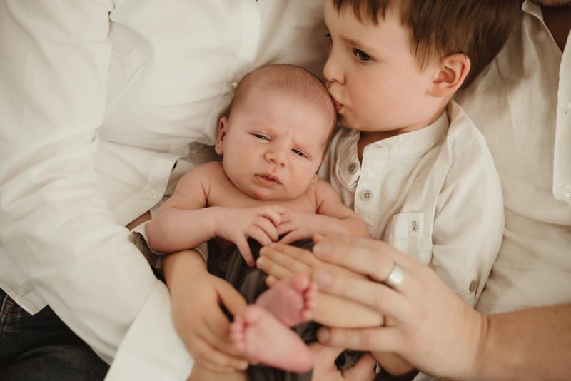 Baby fratellini bellissimi | fotografo neonati e famiglie a Trieste