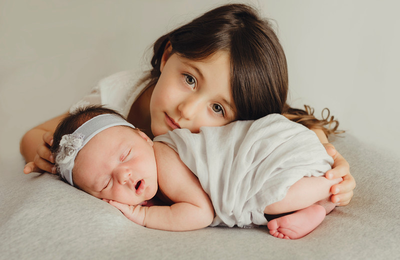 Due meravigliose sorelline: Giorgia e Gaia | fotografo gravidanza e neonati Trieste