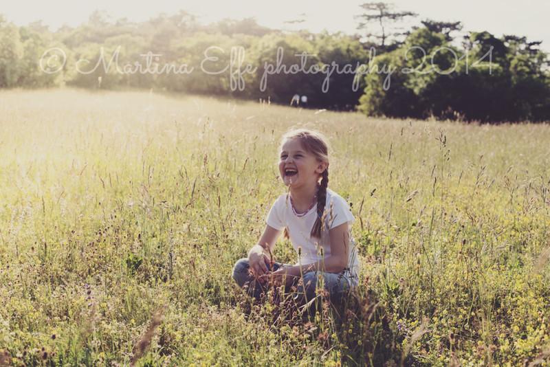 Camilla tra i campi - fotografa bambini a Trieste