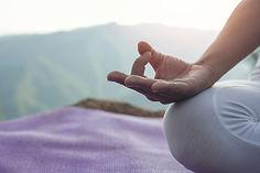 belle-jeune-femme-meditant-faisant-exerc
