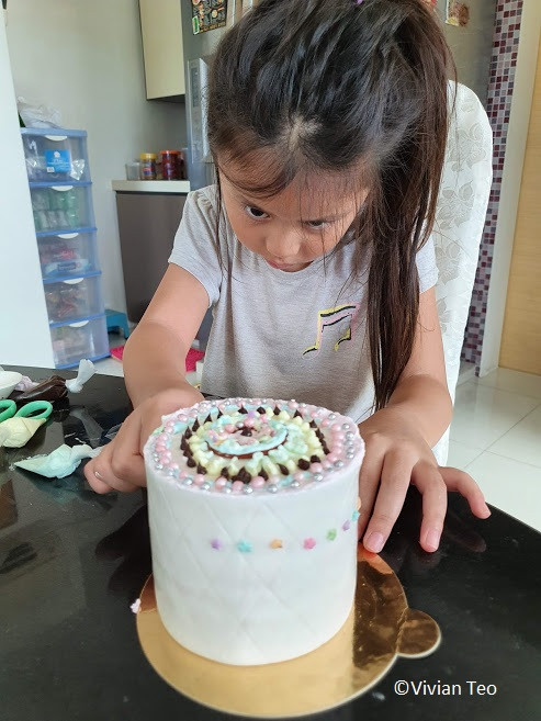 Breadtalk Singapore cake decorating decorate kids delivery