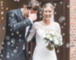 Brudepar på vej ud af kirken