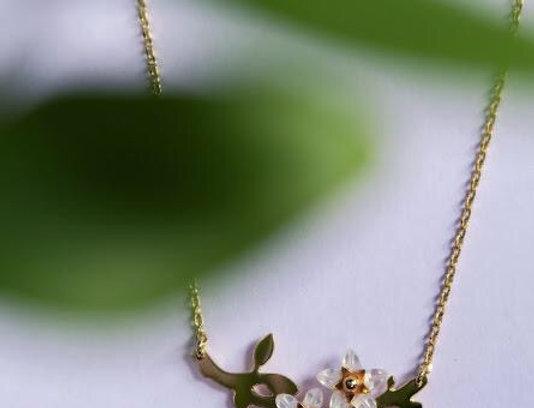 Collier Sakura fleurs blanches