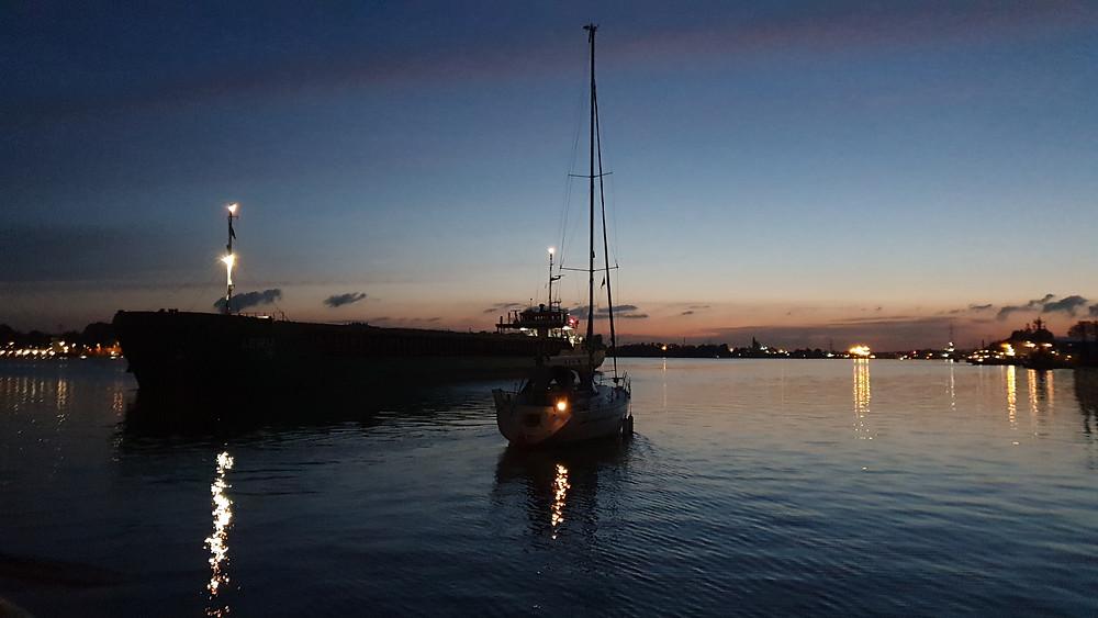 Störst går först, så vi och båtsgrannen fick snällt vänta utanför