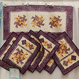 624 - Judy Main - 6 Placemats - 1 Runner