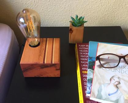 luminária de mesa madeira.jpg