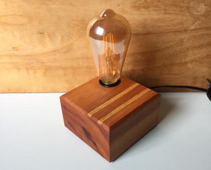 luminária de mesa em madeira.jpg
