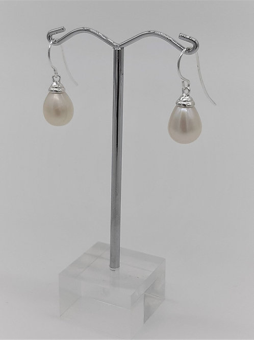 SIMPLE HOOK PEARL EARRINGS