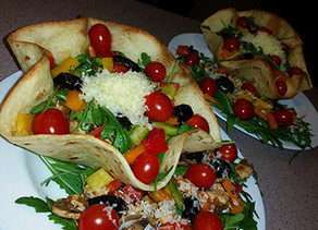 Roquette salad in Tortilla bowl