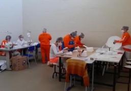 Apenadas vão produzir seus próprios uniformes em oficina de costura da Penitenciária de Guaíba