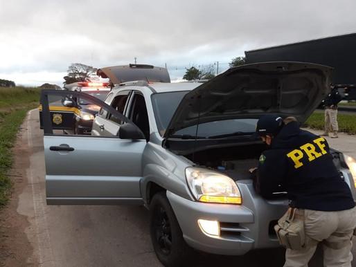 PRF recupera carro furtado e prende casal armado em Guaíba
