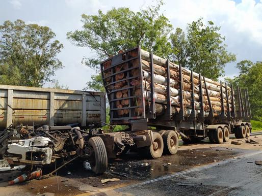 Acidente envolve três caminhões na BR 290
