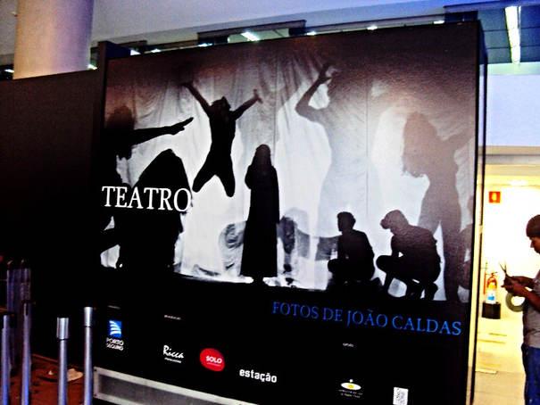 Arte Impressa em Adesivo e Aplicada em MDF para o Teatro Porto Seguro