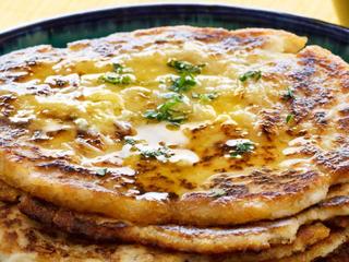Индийский кето-хлеб наан с растопленным чесночным маслом.