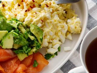 Завтрак чемпионов: яичное масло с копченым лососем и авокадо.