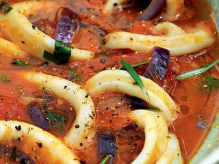 Средиземноморское томатное рагу с кальмарами