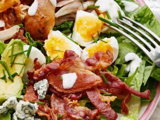 Классический салат Кобб с соусом ранч.