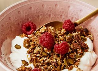 Низкоуглеводная гранола с йогуртом и малиной.