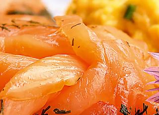 Яичница с лососем и свежей зеленью.
