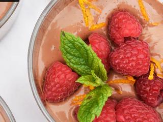 Низкоуглеводный шоколадный пудинг с малиной и апельсиновой цедрой.