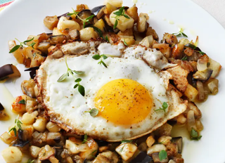 Жареные баклажаны с яйцом