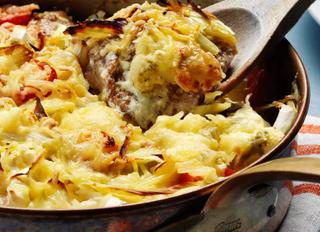 Куриная запеканка с сыром, черри и луком-пореем.