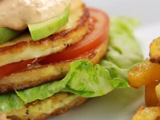 "Халуми-бургер с ""картошкой-фри"" из брюквы."