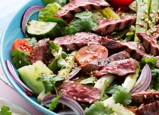 Азиатский салат с говядиной.