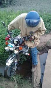 Selbst mit dem Motorrad sind die Wege häufig kaum passierbar