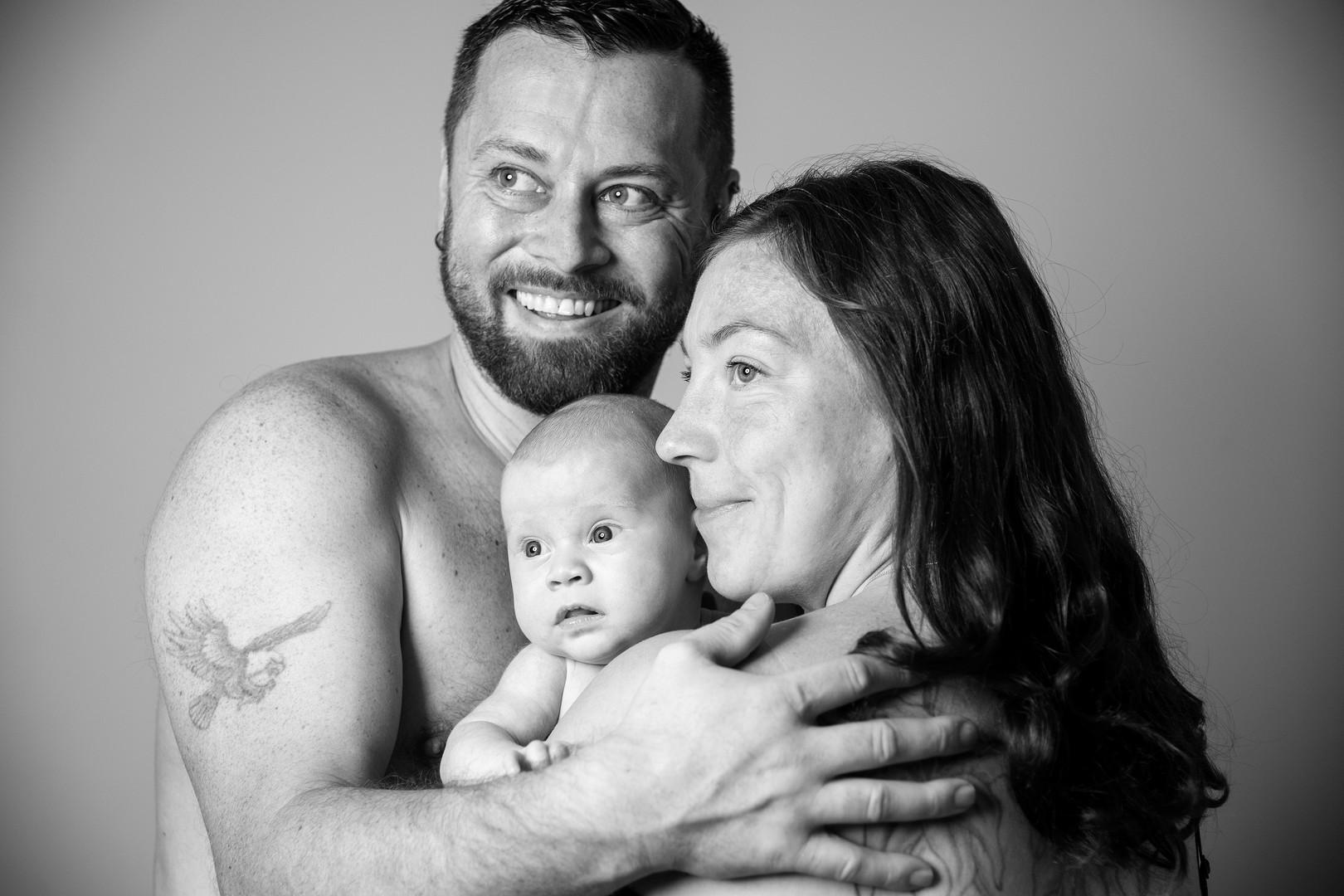 Neugeborenenfotografie Neugeborenenfoto Newbornshooting Babyfoto Familienfoto Familienbild Studiofot Nürnberg Bamberg Forchheim Höchstadt Erlangen Gräfenberg Two Hearts Fotografie.jpg