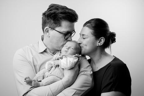 Neugeborenenfotografie Neugeborenenfoto Newbornshooting Babyfoto Familienfoto Familienbild Studiofot Nürnberg Bamberg Forchheim Höchstadt Erlangen Gräfenberg.jpg.jpg