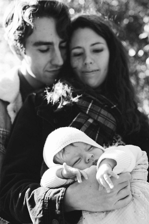 photo en noir-et-blanc d'une famille avec son bébé