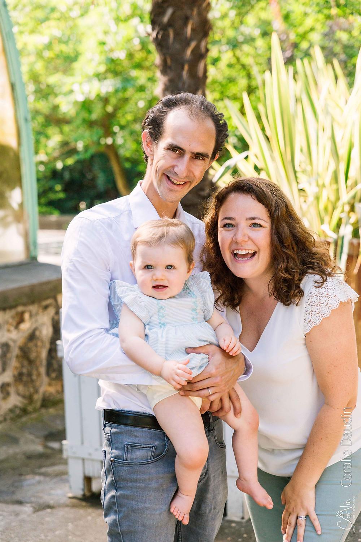 portrait bébé et sa famille dans un parc au soleil
