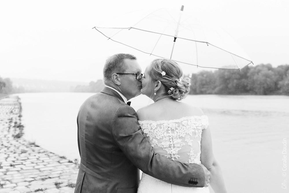 Séance couple mariage sous la pluie au bord de la Seine
