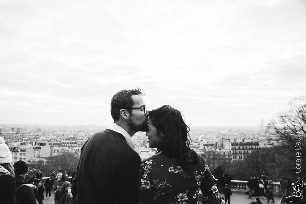 Couple devant la vue du Sacré coeur