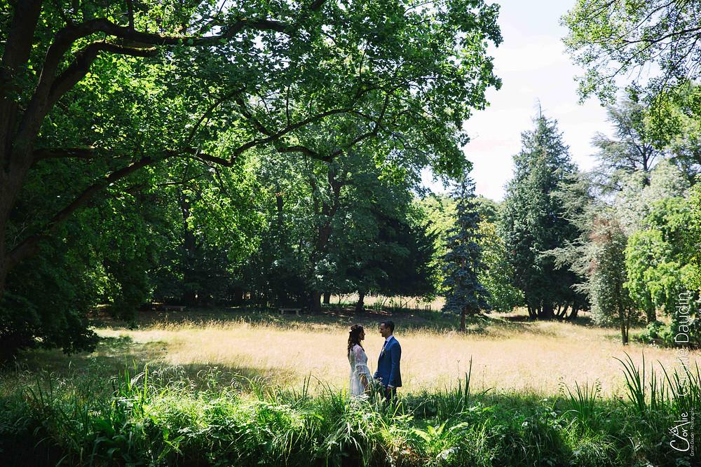 photographie de mariés dans un parc