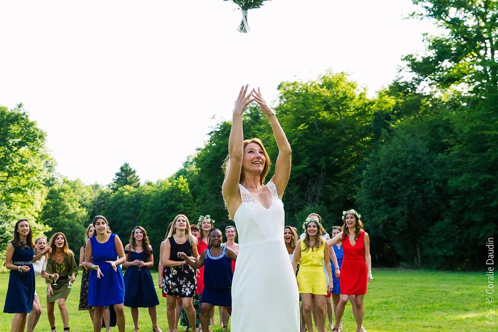 Photo jeté du bouquet mariée